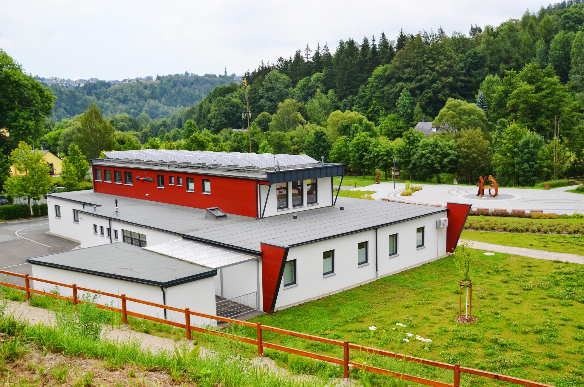 Aufdachdämmung, Bitumenschweißbahn, Faserzementfassade und Solaranlage, Ärztehaus  Blankenstein, Saale-Orla-Kreis