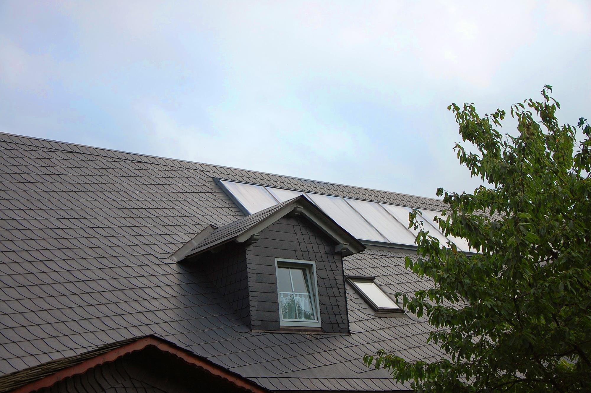 Kunstschieferdach und Solaranlage, Reiterhof zum alten Forsthaus, Bad Lobenstein